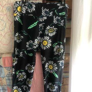 LulaRoe black leggings with daisies T/C